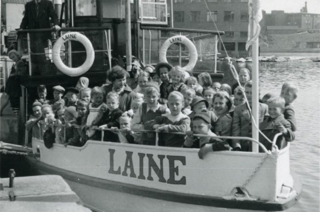 Työväenyhdistyksen Laine-laiva lähdössä Laukontorin laiturista joskus 1950. Kyydissä Osuusliike Voiman järjestämän kesäretken nuoria osanottajia.