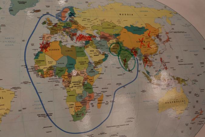 Melkoinen matka punaisella ruksatuista t-paitojen valmistusmaista pohjoisen perukoille. Bangladesh, Intia, Thaimaa, Kiina... Nykypäivän vaateteollisuus on Aasiassa.