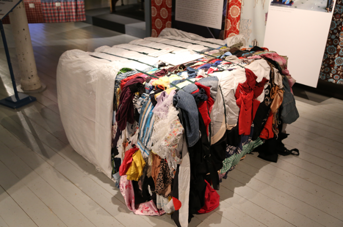 Onko ratkaisu kierrätyksessä? Vai voisiko omia kulutustottumuksia muuttaa, tarvitseeko sitä aina uutta? UFF:n vaatepaali matkaa lopulta Afrikkaan. Paikallisen vaatetuotannon kannalta se ei ole kuitenkaan hyvä asia.