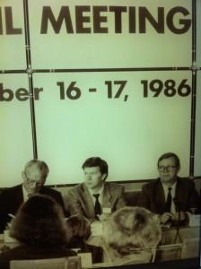 Willy Brandt Forumin näyttelyssä Berliinin pääkadulla löytyy myös kahden suomalaisen kuvat: Kalevi Sorsan ja Pentti Väänäsen. Sosialistinen Internationaali SI kokoontui Brandtin johdolla ja paikalla olivat myös Väänänen, SI:n sihteeri ja Sorsa, SI:n aseidenriisuntajaoston vetäjä.