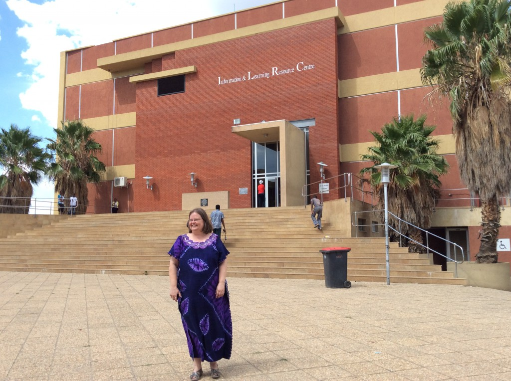 Namibian yliopiston kirjasto ja arkisto. Suomalainen Ritva Niskala on kirjaston varajohtaja.