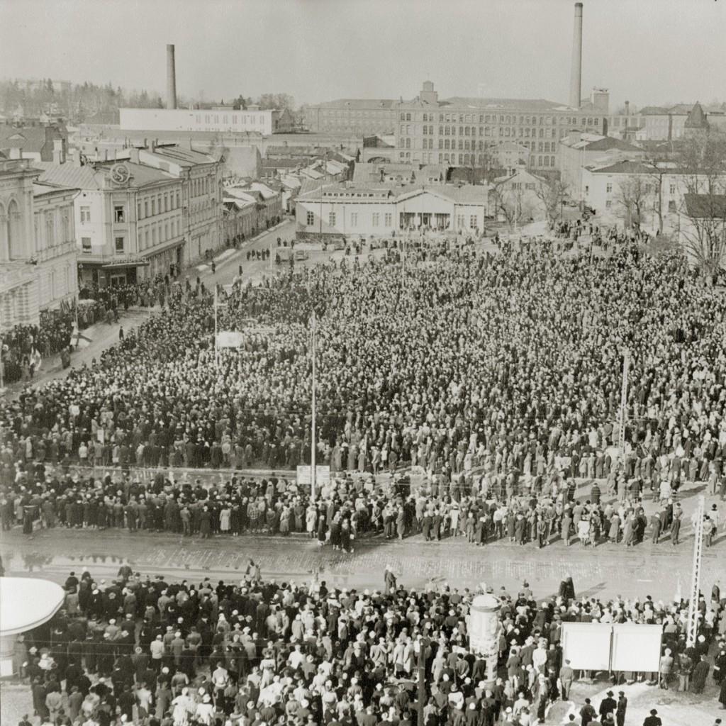 Yleislakkokokous Tampereen keskustorilla vuonna 1956.