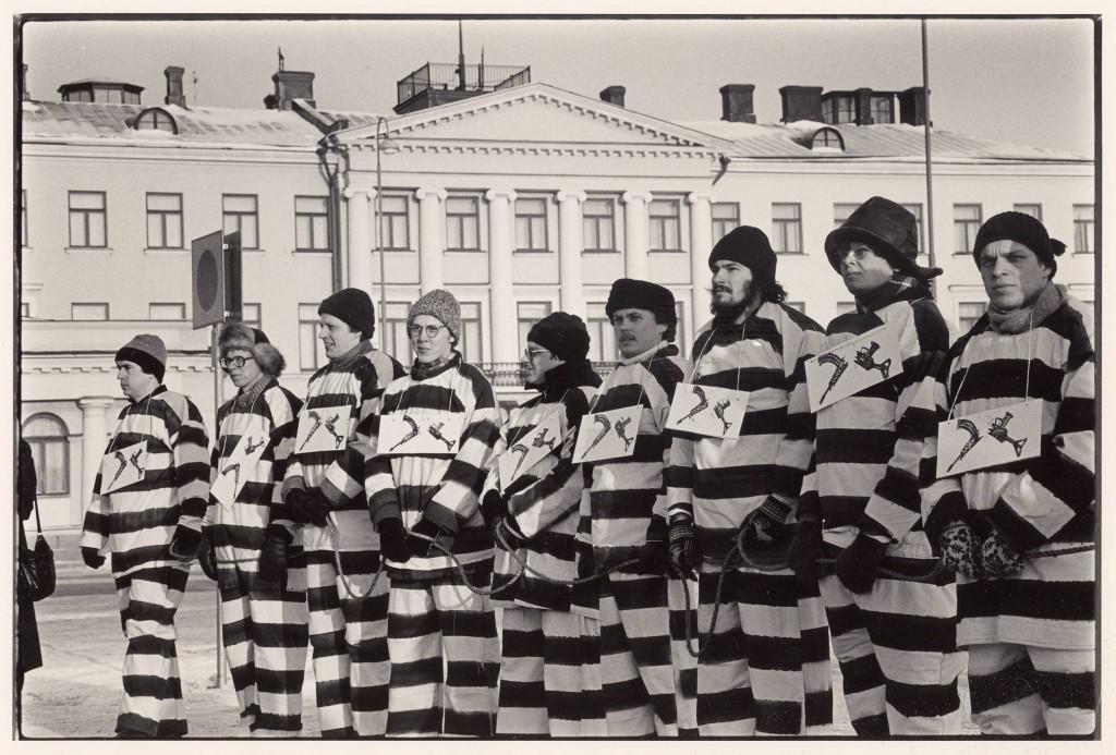 Mielenosoituskulkue saattaa totaalikieltäytyjää vankilaan vuonna 1984. Kuva: Aseistakieltäytyjäliitto.
